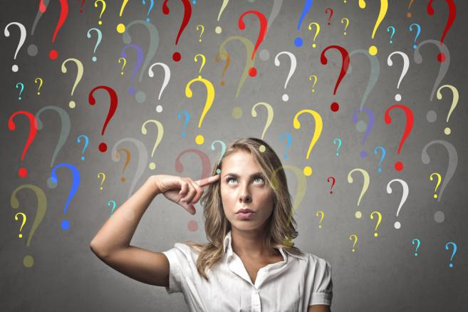 Kobieta zadająca pytania