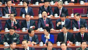 Rządząca partia jest podzielona i skłócona wewnętrznie. Czerwoni książęta rywalizują z pochodzącymi z ludu populistami