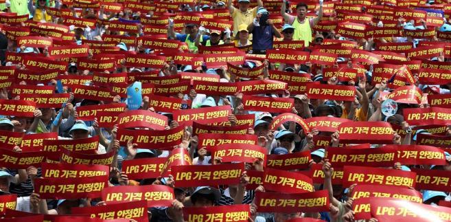 Seul (Korea Południowa). Protest taksówkarzy rządających stabilizacji cen paliw.