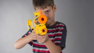 Chłopiec z pistoletem-zabawką