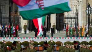 Premier Viktor Orban (z lewej) wraz z innymi węgierskimi oficjelami podczas podniesienia flagi przed budynkiem parlamentu w Budapeszcie.