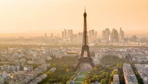 Wieża Eiffela z dzielnicą La Defense w tle