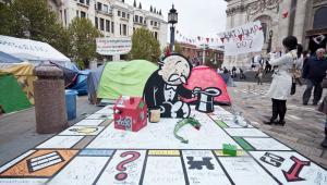 Instalacja artysty Banksyego wystawiona w czasie protestów Occupy London pod katedrą św. Pawła w stolicy Wielkiej Brytanii w październiku 2011 roku. Fot. yampi / Shutterstock.com