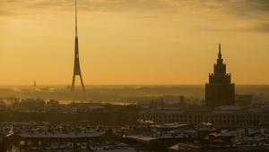 Widok na Rygę, stolicę Łotwy. Po lewej wieża telewizyjna, po prawej łotewska akademia nauk. 10.12.2013