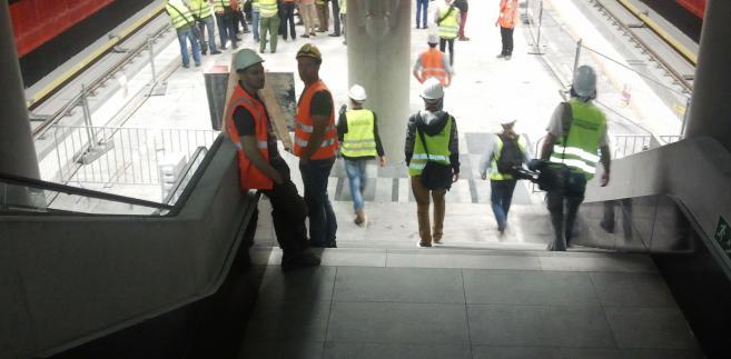 Stacja metra Rondo Daszyńskiego - schody prowadzące na peron