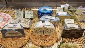 Importowane sery na wystawie jednego z moskiewskich hipermarketów