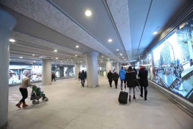 """Pasażerowie na Stacji Świętokrzyska. W niedzielę 8 bm. uruchomiono centralny odcinek drugiej linii metra. Prezydent Warszawy Hanna Gronkiewicz-Waltz podkreślała podczas otwarcia, że to historyczny moment i przepraszała warszawiaków za opóźnienia przy budowie. Z pierwszą linią metra druga krzyżuje się na stacji """"Świętokrzyska"""". W dniu otwarcia 8 bm. przejazd II linią jest bezpłatny. (mr) PAP/Leszek Szymański"""