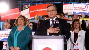 Ubiegający się o reelekcję prezydent Bronisław Komorowski (C) z małżonką Anną (L) podczas wieczoru wyborczego w sztabie w Warszawie