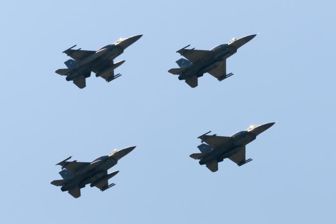 Cztery samoloty wojskowe F-16 z bazy w Krzesinach podczas pokazu lotniczego, 13 bm. Na poznańskim lotnisku Ławica odbywają się pokazy lotnicze Aerofestival 2015. (jk/cat) PAP/Jakub Kaczmarczyk