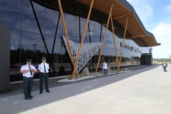 . Terminal pasażerski w nowym porcie lotniczym Olsztyn- Mazury, zaprezentowanym 27 bm., w Szymanach koło Szczytna. Port, zbudowany w miejscu dawnego lotniska wojskowego, wyposażony jest w systemy precyzyjnego podejścia. Pierwszych pasażerów ma przyjąć jesienią tego roku. (tw/ukit) PAP/Tomasz Waszczuk