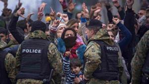 Imigranci przekraczający granicę między Grecją i Macedonią EPA/GEORGI LICOVSKI Dostawca: PAP/EPA.
