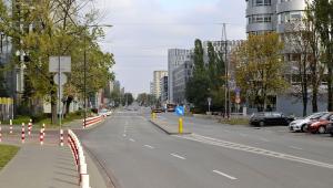 Ulica Domaniewska na wysokości ul. Postępu, Warszawa. Autor: Adrian Grycuk - Praca własna, CC BY-SA 3.0 pl.