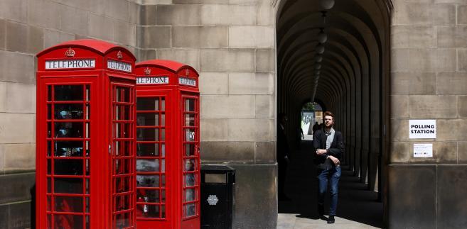 Budki telefoniczne w pobliżu lokalu wyborczego. Manchester, Wielka Brytania, 23.06.2016