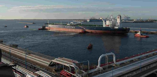 Gdańsk, 15.08.2016. Supertankowiec Atlantas, którym transportowane są 2 miliony baryłek irańskiej ropy naftowej, wpływa 15 bm. o świcie do Naftoportu w Gdańsku. Cenny ładunek, który płynie do Polski od kilkudziesięciu dni, zamówiła Grupa Lotos. Atlantas jest tankowcem klasy VLCC, który ma 333 m długości i 66 m szerokości , a jego maksymalne zanurzenie wynosi 22,5 m. Statki tej klasy są jednymi z największych na świecie jednostek przewożących ropę. Przed wejściem na Bałtyk, z uwagi na głębokość Cieśnin Duńskich ograniczającą maksymalne dopuszczalne zanurzenie tankowców do 15 metrów, ok. 700 tys. baryłek ropy musiało zostać przeładowanych na mniejszy statek. (cat) PAP/Roman Jocher