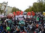 """""""Mieliśmy wstać z kolan, a rząd klęka przed wyzyskiwaczami"""". Protest przeciw CETA i TTIP"""
