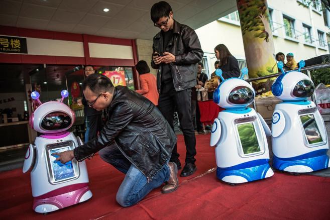 Roboty-pielęgniarki w Miejskim Centrum Pomocy Społecznej w Hangzhou w Chinach .  Fot. EPAROMAN PILIPEY