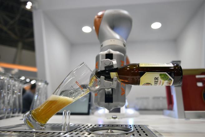 Robot przemysłowy niemieckiej firmy Kuka w roli barmana serwującego piwo