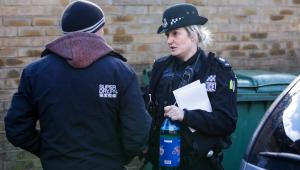 Policjantka Amy Lucas konfiskuje dużą butelkę piwa