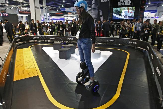 Pokaz Segway Loomo na Międzynarodowej Wystawie Elektroniki Użytkowej w 2018 roku w Las Vegas. Urządzenie wyposażone jest w czujniki zapewniające bezpieczeństwo w pomieszczeniach i na zewnątrz, a platforma Segway pozwala zachować równowagę i możliwość przemieszczania się z prędkością do 11 mph.