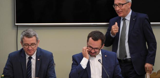 Przewodniczący komisji Marcin Horała oraz członkowie komisji Kazimierz Smoliński i Wojciech Murdzek podczas posiedzenia sejmowej komisji śledczej ds. VAT.