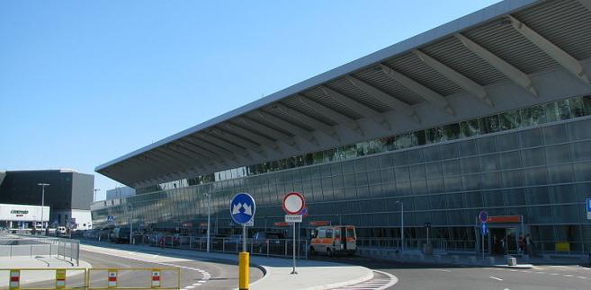 Elewacja terminalu pasażerskiego na warszawskim lotnisku im. F. Chopina