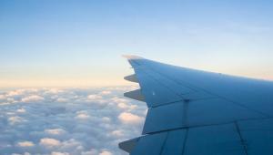 Skrzydło samoloty w podczas lotu