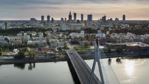 Panorama Warszawy: na pierwszym planie Most Świętokrzyski, w tle warszawskie city finansowe.