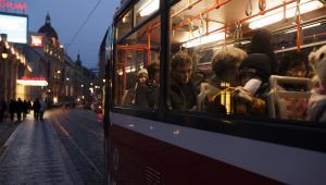 Uliczka i tramwaj w Pradze, Czechy