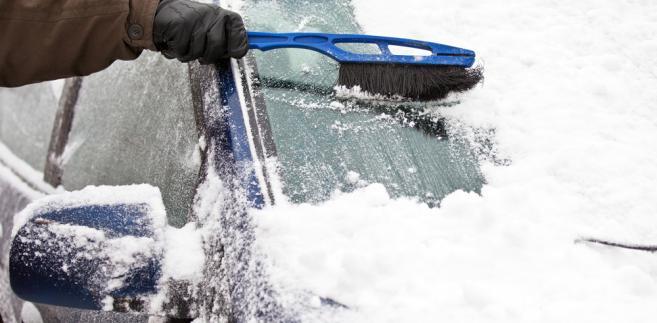 Odśnieżanie samochodu, auto, śnieg