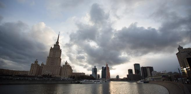 Radisson Royal Hotel (po lewej) nad rzeką Moskwa, 16.04.2014