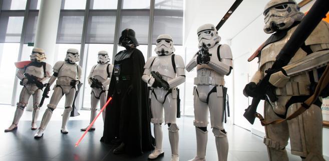Aktorzy ubrani w stroje z filmu Gwiezdne Wojny