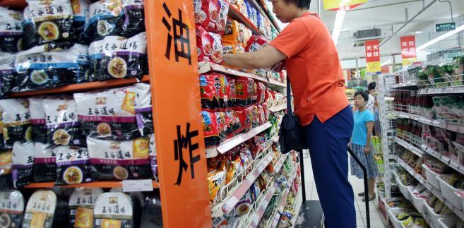 Klientka w supermarkecie w Pekinie sięga po swoją ulubioną zupę instant