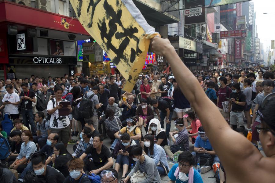Protesty w Hongkongu. Tłum demonstrantów zajmuje część Nathan Road w dzielnicy Mong Kok.