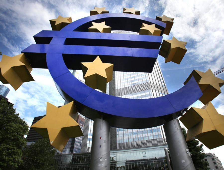 Rozpad strefy Euro mógłby uratować 16 krajów członkowskich przed latami stagnacji, poprzez zwiększenie konkurencyjności słabszych krajów oraz wzmocnienie popytu w Niemczech - twierdzą doradcy gospodarczy z grupy Capital Economics.
