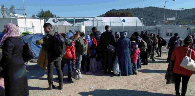 Fala uchodźców zalewa Europę. Na zdjęciu imigranci, którzy dotarli do obozu w Grecji. EPA/PANAGIOTIS BALASKAS Dostawca: PAP/EPA.