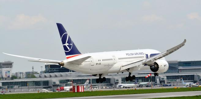Boeing 787 Dreamliner LOT podczas lądowania na Lotnisku Chopina fot. Jacek Bonczek LOT