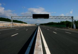 Od 1 lutego od ciężarówek o masie powyżej 3,5 tony zarejestrowanych w państwach UE pobierane są opłaty drogowe w wysokości 385 rubli (8,5 euro) za dzień.