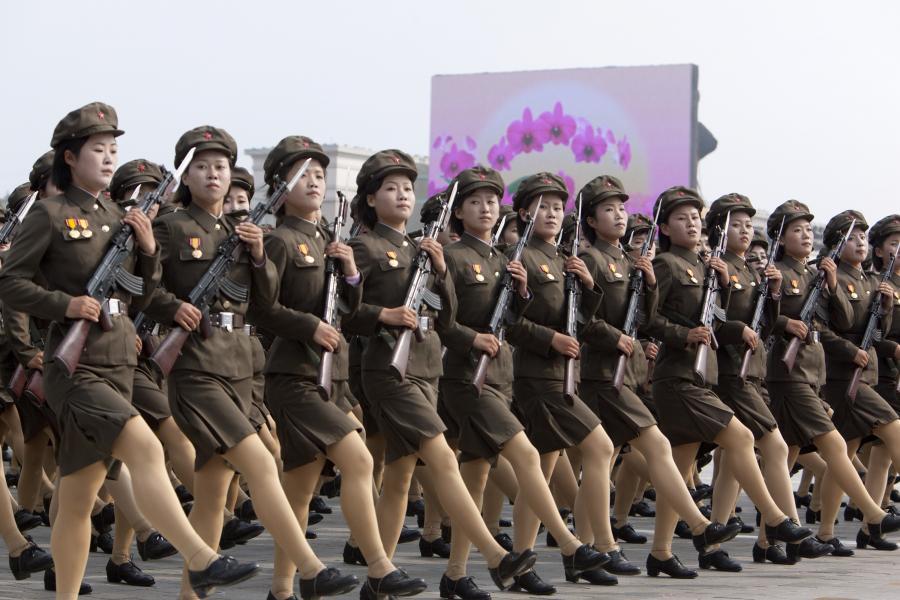 Uczestniczki północnokoreańskiego marszu wojskowego z okazji 65. rocznicy powstania Koreańskiej Partii Robotniczej w stolicy kraju Pjongjang, 10. października 2010.