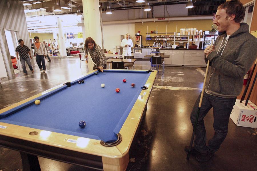 Pracownicy Facebooka mogą zagrać w bilard w czasie przerwy w siedzibie spółki w Palo Alto w Kalifornii.
