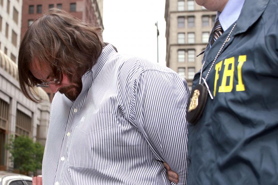 Agent FBI (Federal Bureau of Investigation) eskortuje Darina DeMizio pracownika banku inwestycyjnego Morgan Stanley, podejrzanego o branie łapówek
