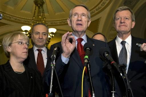 Harry Reid, lider większości demokratycznej w amerykańskim senacie (przy mikrofonie). Fot. Bloomberg
