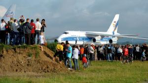 Zdjęcie archiwalne: Jasionka (woj. podkarpackie), 25.07.2011. Drugi co do wielkości samolot transportowy na świecie An-124 Rusłan wylądował na lotnisku w Jasionce.