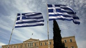 Greckie flagi przed siedzibą parlamentu, fot. Angelos Tzortzinis/Bloomberg