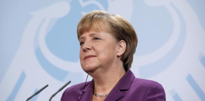 """<b>1. Kanclerz Niemiec Angela Merkel, 59 lat</b><br><br>Rok temu Angela Merkel rozpoczęła swoją trzecią kadencje na fotelu kanclerza Republiki Federalnej Niemiec (jest nim więc od 2005 roku). Nazywana """"cesarzową Europy"""", ma ogromny wpływ na politykę Unii Europejskiej.<br><br>Jest także zaangażowana w działalność niemieckiej partii – Unii Chrześcijańsko-Demokratycznej (CDU); pełni funkcję jej przewodniczącej od 2000 roku, co więcej – była ona także przewodniczącą rządzącej w latach 2002-2005 koalicji CDU i CSU (Unii Chrześcijańsko-Socjalistycznej).<br><br>Angela Merkel urodziła się w 1954 roku w Hamburgu, a swoja młodość spędziła w Demokratycznej Republice Niemiec. W Lipsku skończył fizykę i potem przez 12 lat pracowała w Centralnym Instytucie Chemii Fizycznej Akademii Nauk NRD, gdzie uzyskała doktorat z chemii fizycznej. Po 1989 roku zaangażowała się w politykę."""