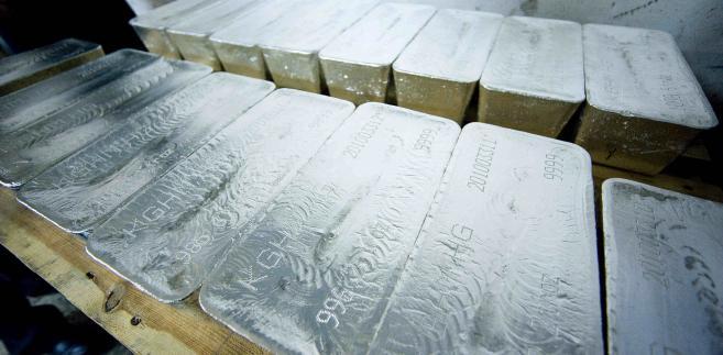 Sztabki srebra wyprodukowane przez KGHM w zakłądzie wytapiania metalu w Głogowie.